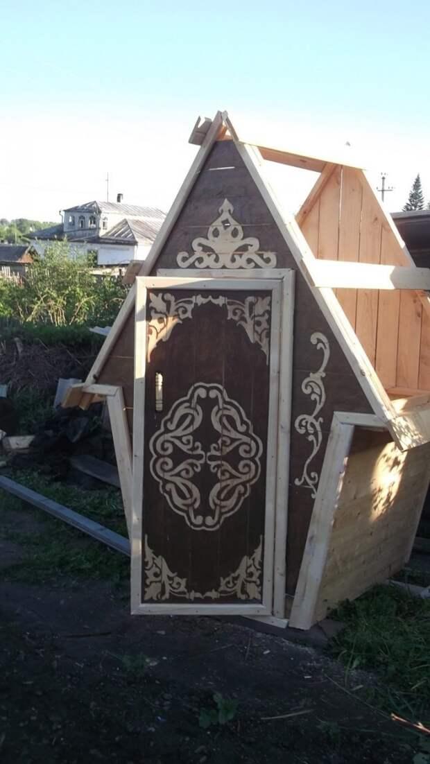 Просто и легко резной деревянный туалет в процессе летнего творческого отдыха дача., ландшафтный дизайн, резьба по дереву, своими руками, строительство