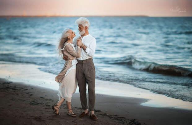Любви все возрасты покорны: романтичная фотосессия красивой пожилой пары