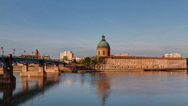 «Сатана возвращается»: вандалы осквернили надписями собор в Тулузе