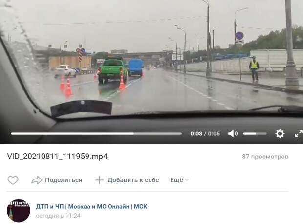 Минивэн и такси не поделили дорогу на Дмитровке