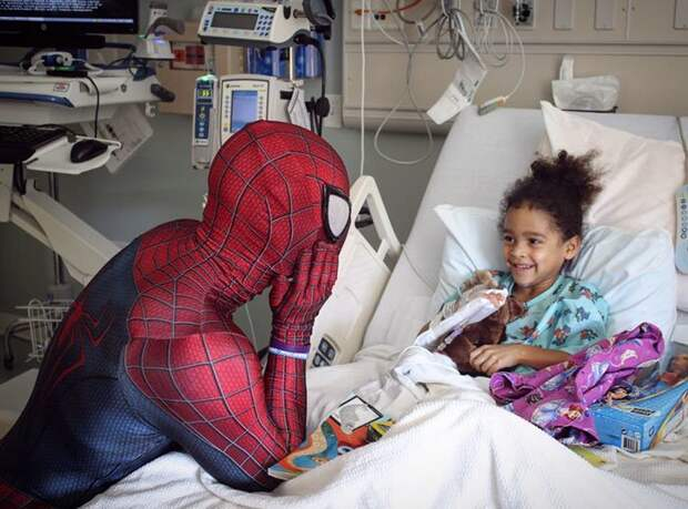 Бабушка сказала, что тот мужчина в костюме - ее внук, и это именно то, чем он должен заниматься болезнь, герой, история, костюм, мужчина, помощь, ребенок, человек паук