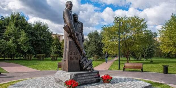 Собянин возложил цветы к памятнику «Плечом к плечу» в столичном парке «Акведук»