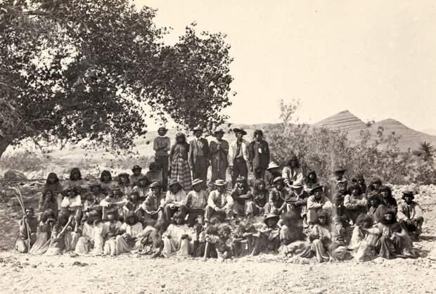 Коренные американцы (пайютами) мужчины, женщины и дети, собрались под деревом у Коттонвуд Спрингс, штат Невада. Снимок в 1875 года.