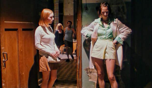 """Рита и Яя в мини-юбках. На Яе юбка-шорты с запахом, на Рите просто юбка с запахом. Кадр из фильма """"Страна глухих"""""""