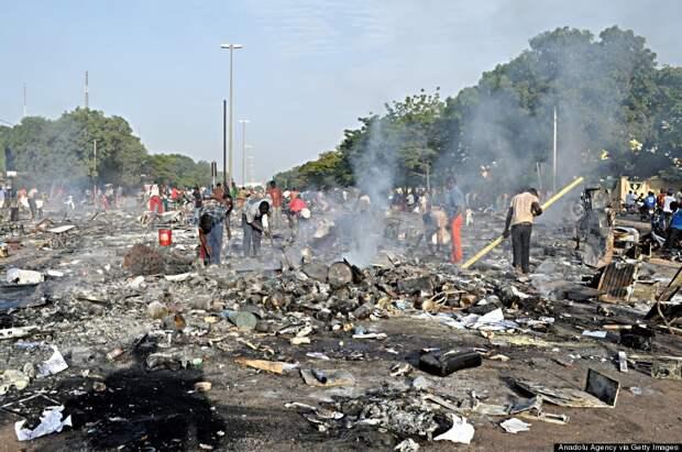 Мародеры разыскивают что-нибудь ценное на пепелище  домов и отелей родственников покойного президента Блеза Компаоре в Уагадугу, Буркина-Фасо, 31 октября 2014 года. (Лугри Димтальба / Anadolu Agency / Getty Images). Источник Huffington post