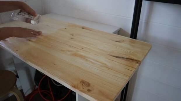 Мастерица сделала деревянный столик с резными ножками — просто картинка. Только доступные материалы