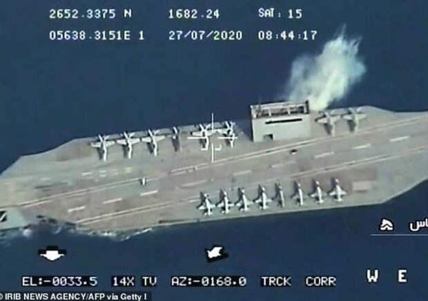 Иран показательно разбомбил копию корабля США во время учений, запустив баллистические ракеты из-под земли
