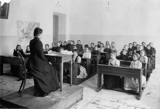 На уроке в гимназии (конец XIX – начало XX века)