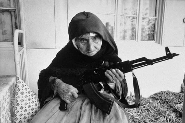 106-летняя армянка защищает свой дом с АК-47