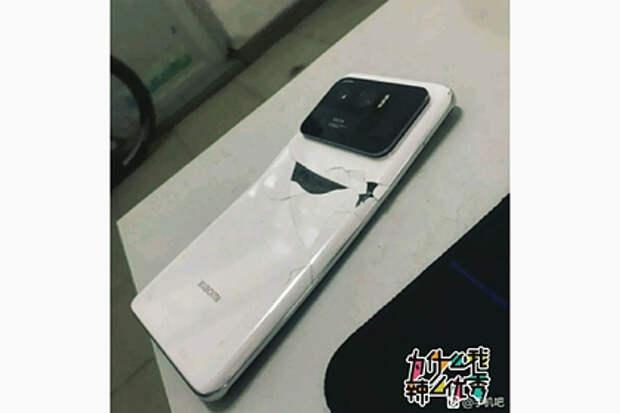 Самый дорогой смартфон Xiaomi сломали пополам