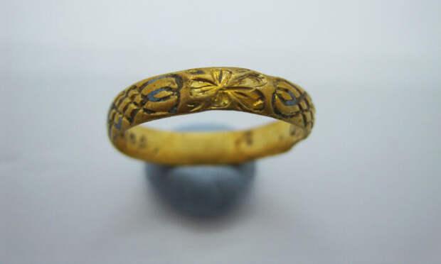 Кладоискатель обнаружил 400-летнее золотое кольцо с двумя сердечками
