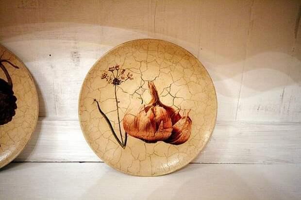 Имитация старинного фарфора двухкомпонентным кракелюрным лаком. Фото с сайта http://www.school-remont.tv
