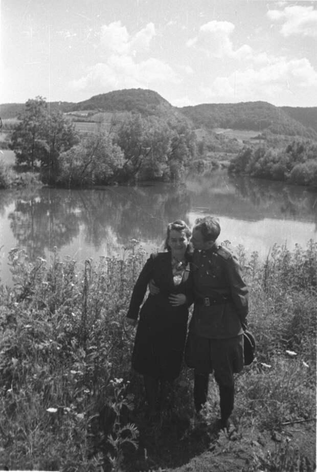 79-Фотокор. Наталья Боде и поэт Евгений Долматовский в Чехии. Лето 45.jpg