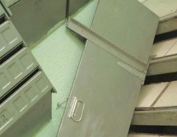 Художества вандалов оттерли со стен подъезда на Волочаевской