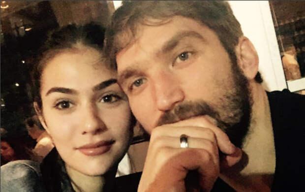 """Жена Александра Овечкина показала фото, которое ее """"напрягло"""" из-за силуэта """"незнакомки"""""""