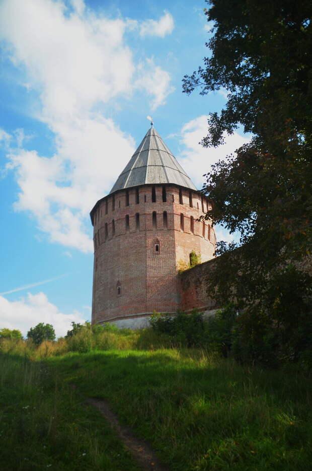 А вот и башня Веселуха - она стоит высоко, практически не занесена.