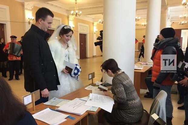 Молодожены из Зеленодольска после ЗАГСа отправились на выборы Президента России