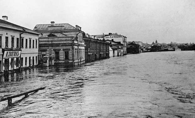 Затопленная во время наводнения в Москве Кулаковская набережная.