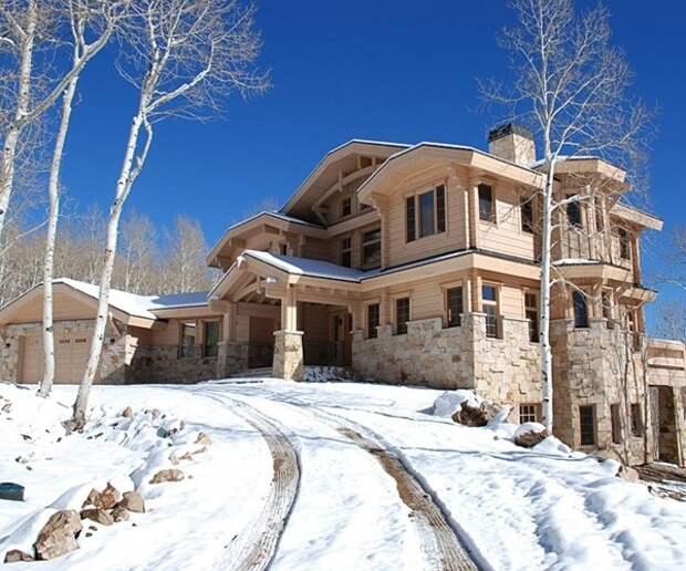 Необычный дизайн деревянного дома с множеством сложных элементов.