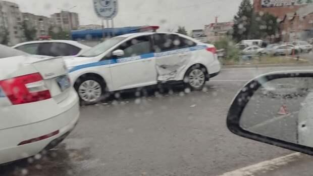Тюменец несправился суправлением, сбил автоинспектора иврезался вмашину ДПС