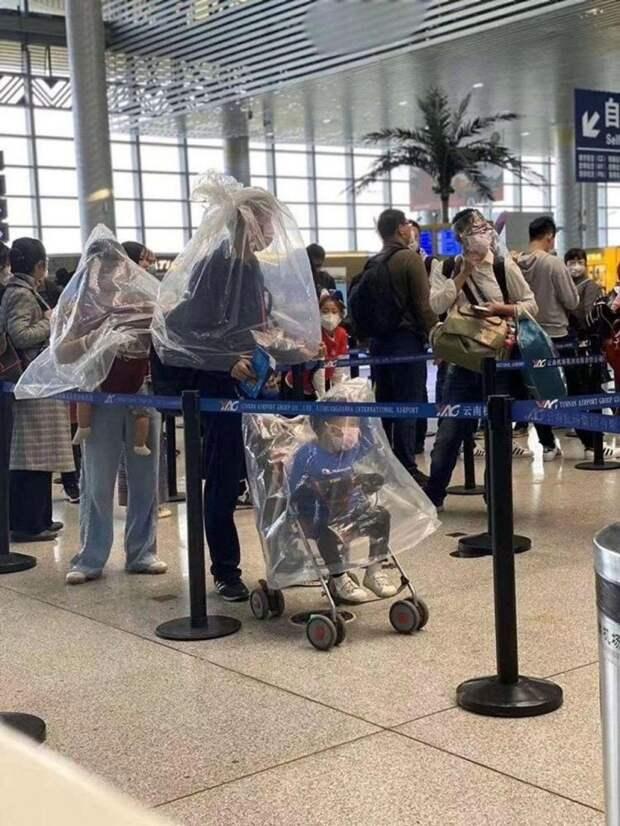 Китайцы носят бутылки и пакеты на голове, чтобы не заразиться коронавирусом
