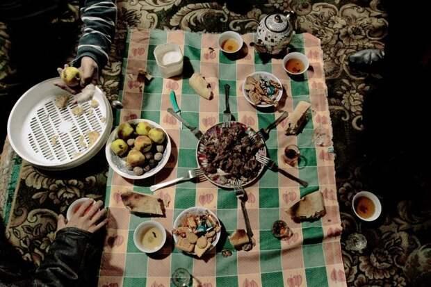 Дастархан может быть разным, но всегда выставят все самое вкусное. И вообще, все, что есть жизнь простых людей, миграция, таджикистан