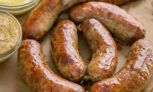 Сардельки по деревенскому рецепту тают во рту: размельчаем мясо и добавляем специй