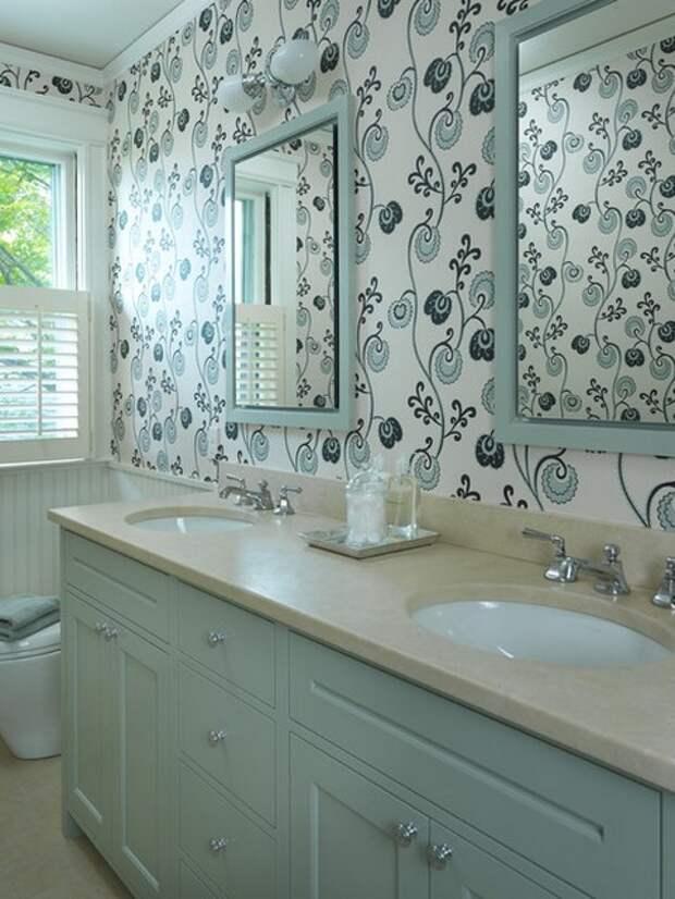 Стены ванной оклеены обоями.