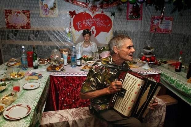 «Свадьба без гламура» и самобытная деревня Бобровка в фотографиях Алексея Мальгавко