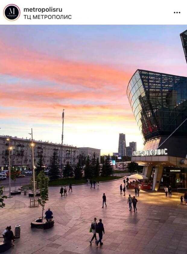 Фото дня: розовый закат у торгового центра на Ленинградке