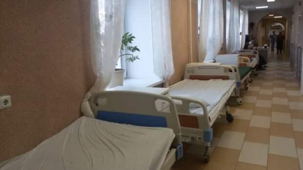 Больничные койки в коридорах