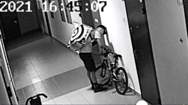 В Тюмени курьер Яндекс.Еды украл запчасть от велосипеда в подъезде ЖК Олимпия