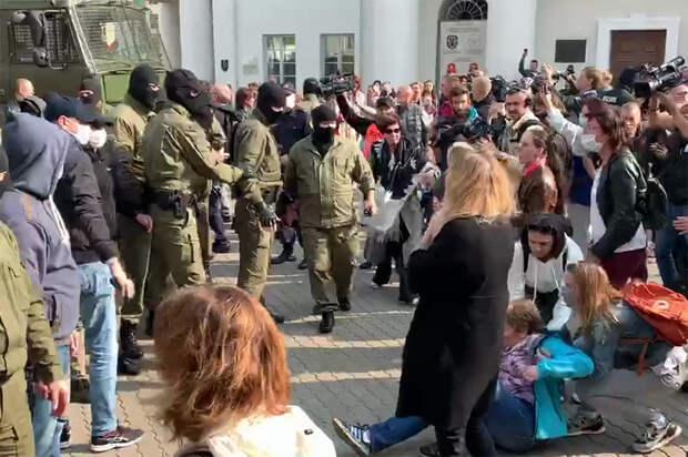 ОМОН задерживает протестующих в центре Минска