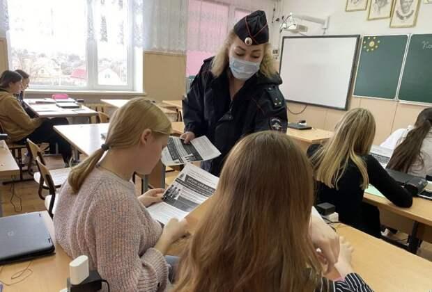 Сотрудники полиции Нижнегорского района ответили на вопросы старшеклассников о поступлении в высшие учебные заведения МВД России