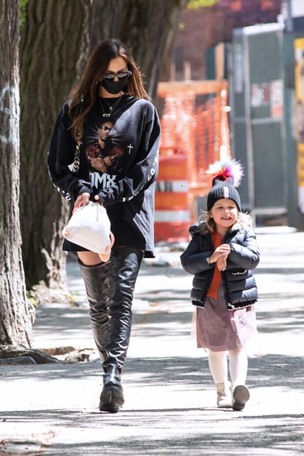 В память рэпера DMX: Ирина Шейк в футболке со смыслом и Лея на прогулке в Нью-Йорке