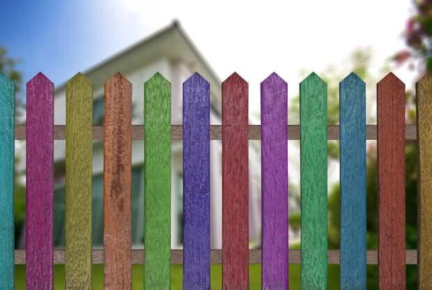 В разные цвета можно раскрасить и традиционный забор
