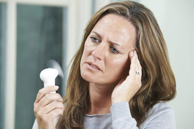 Неконтролируемые приливы жара знакомы большинству женщин после 45