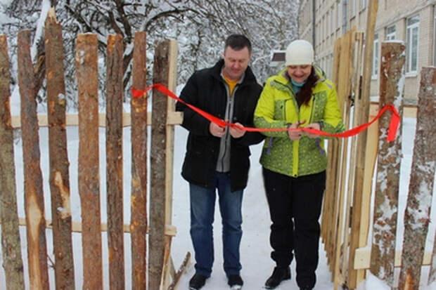 Забор из горбыля вокруг псковского интерната строили семь лет и открыли с помпой