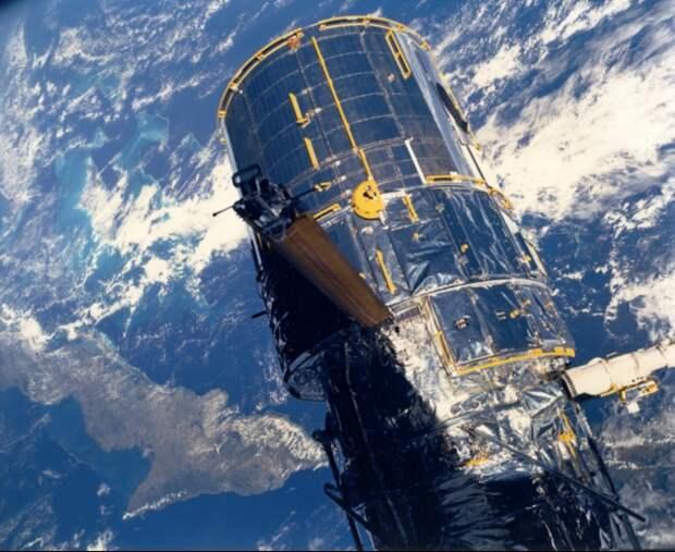 1990. Вид размещенного на орбите космического телескопа Хаббл с космического челнока Discovery (Миссия STS-31). 25 апреля