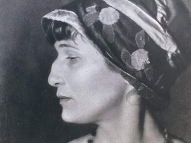Знаменитый греческий профиль поэтессы