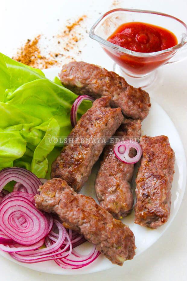 Чевапчичи — колбаски из фарша на сковороде