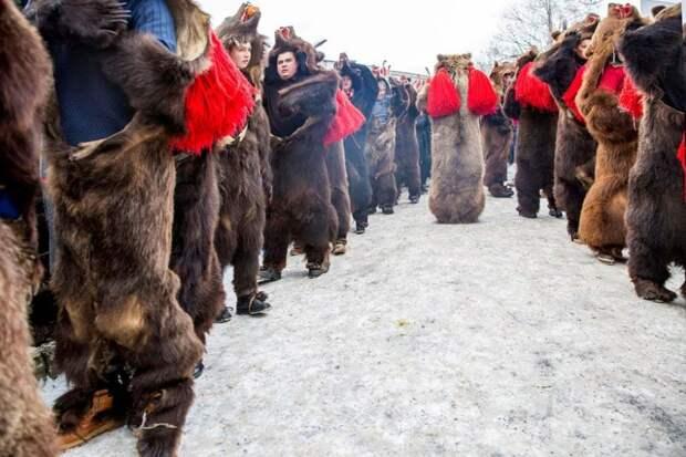 Команешти, Румыния: танец медведя, румынский ритуал, который участники совершают с помощью колоколов, палок и барабанов, чтобы рассеять злых духов. Фотография: Диана Бузояну