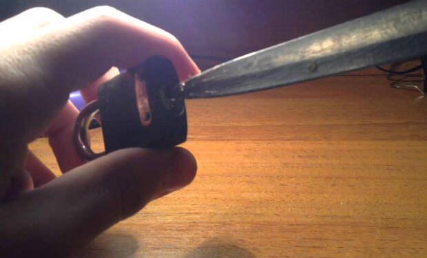 Открываем замок обычным ножом