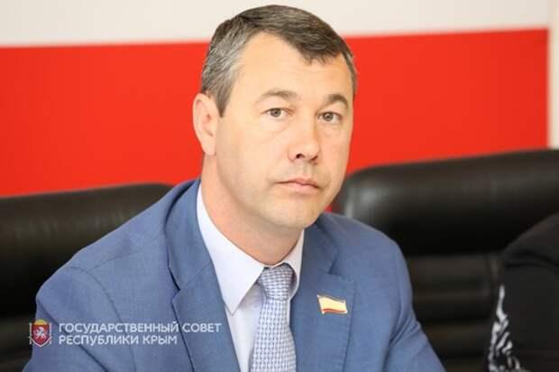 «Не можешь, сложи свои полномочия и езжай, куда хочешь» — крымский депутат о поправках в Конституцию