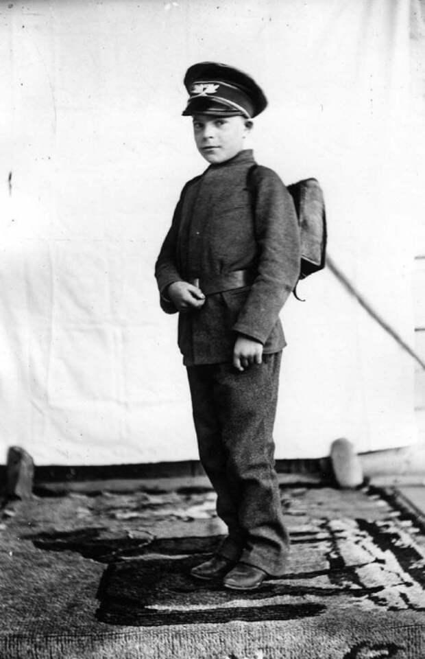 Гимназист XIX века с ранцем за спиной