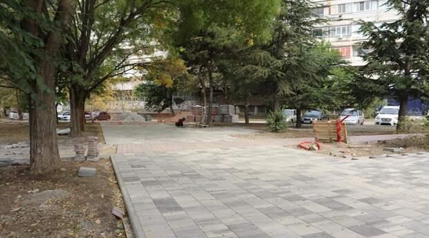 В Симферополе завершают ремонт сквера в районе Москольца