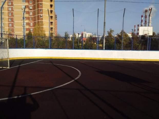Сотрудники «Жилищника» закрасили вандальные надписи на спортплощадке в Куркине