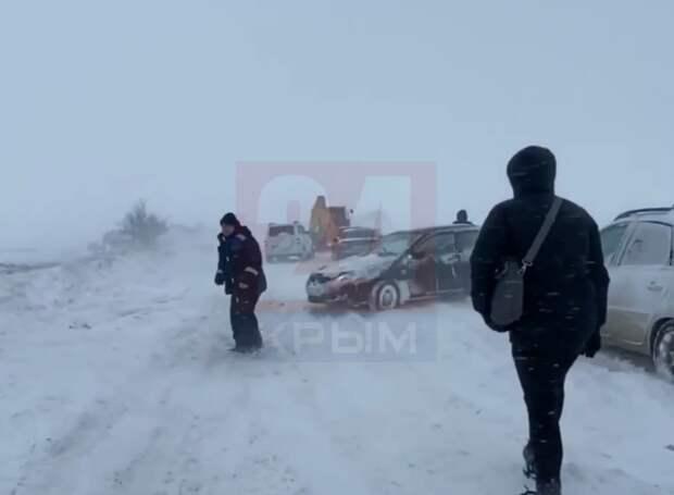 У Крымского моста постепенно очищают снег