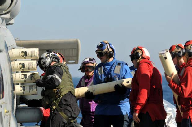 Загрузка гидроакустических буев в вертолет SH-60B Sea Hawk. Такие устройства могут сбрасываться практически с любого вида техники — самолета, вертолета, беспилотника, корабля или катера. Они передают сведения об окружающей акустической обстановке на единой частоте и любая оснащенная подходящим приемником боевая единица может получить эти разведданные / ©U.S. Navy photo by Mass Communication Specialist 3rd Class Stuart Phillips