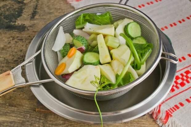 Добавляем укроп и хрен и распариваем овощи в кипятке